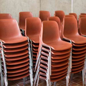 chaises-empilees